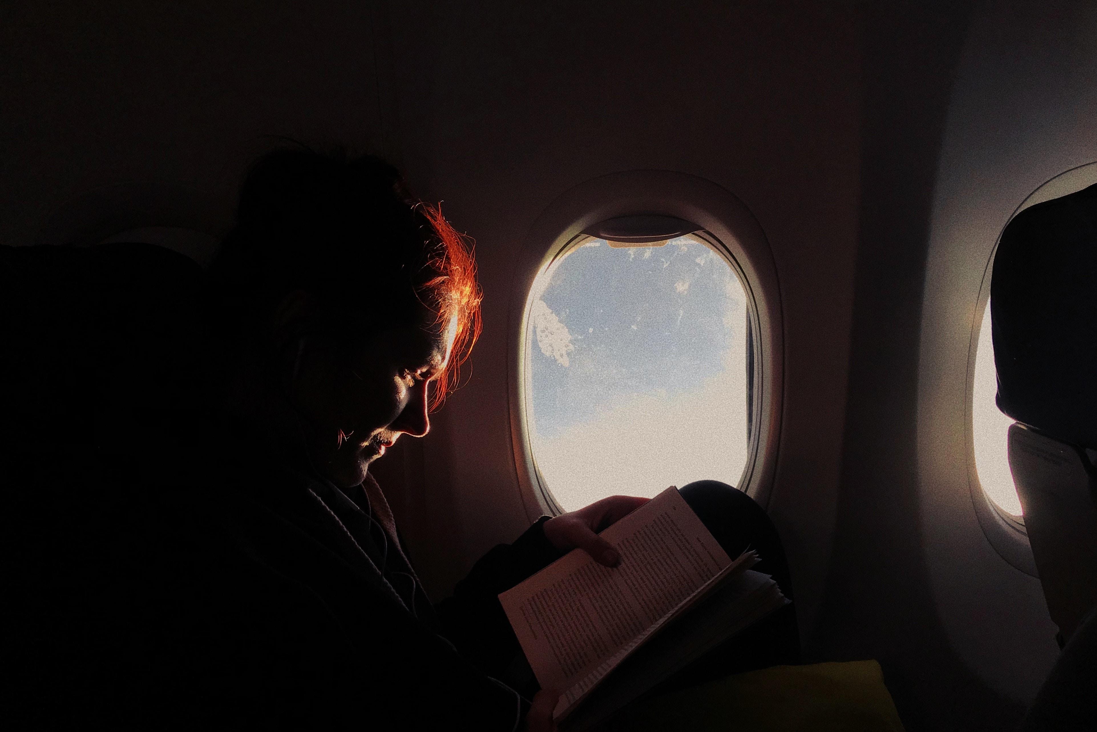 Boek lezen vliegtuig