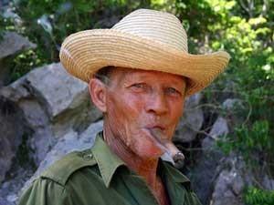 cubaanse tabaksboer met sigaar