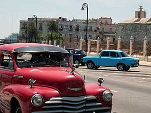 straatbeeld met oldtimer havanna cuba