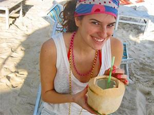 drinken uit een kokosnoot Thailand