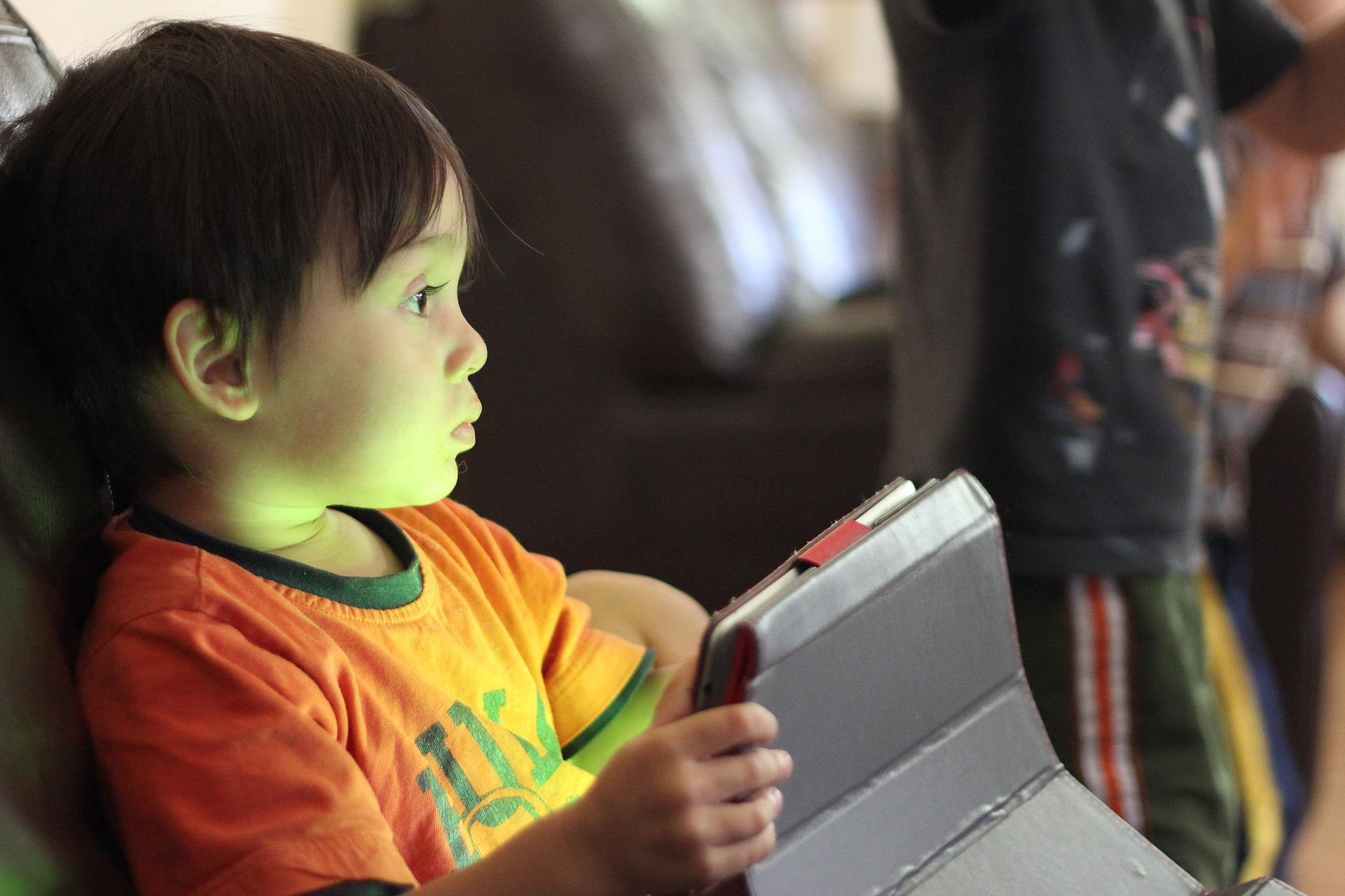 jongetje vliegtuig tablet apps